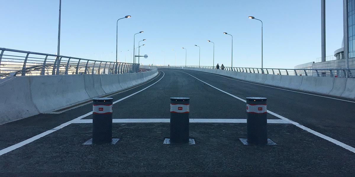 Болларды на Яхтенном мосту возле стадиона Зенит-Арена